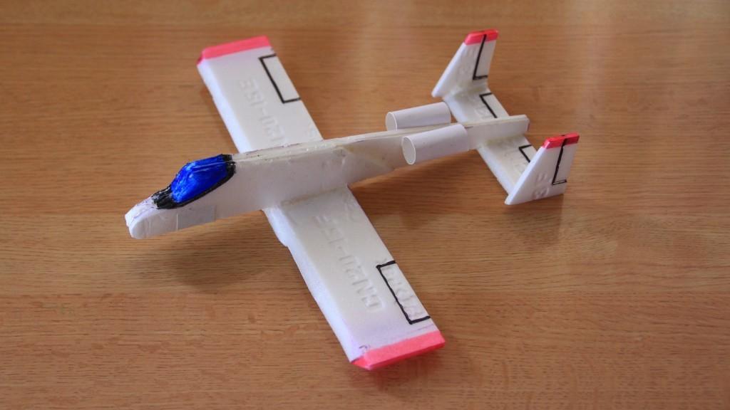 自由研究にいかが?良く飛ぶ飛行機を食品トレイで作ろう。