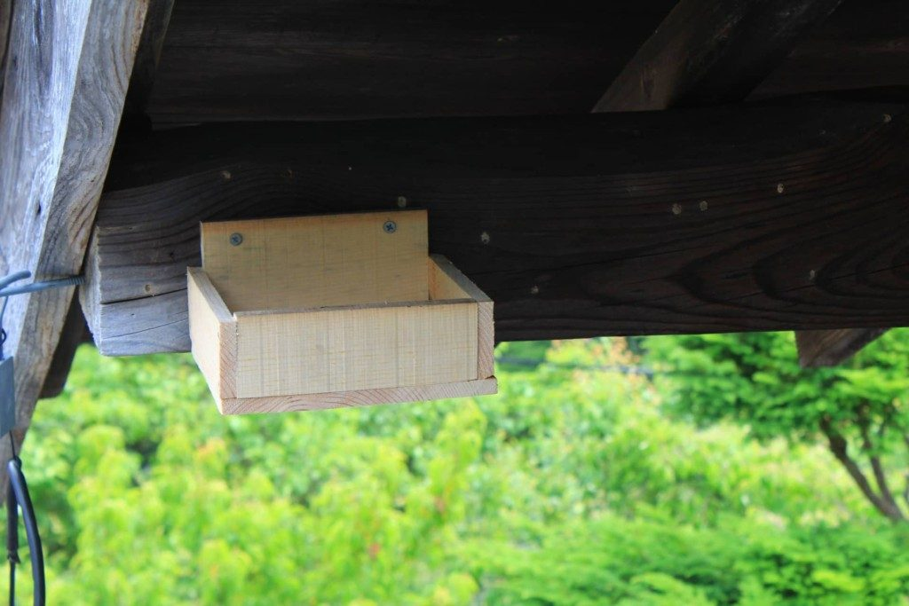屋根の軒下に設置