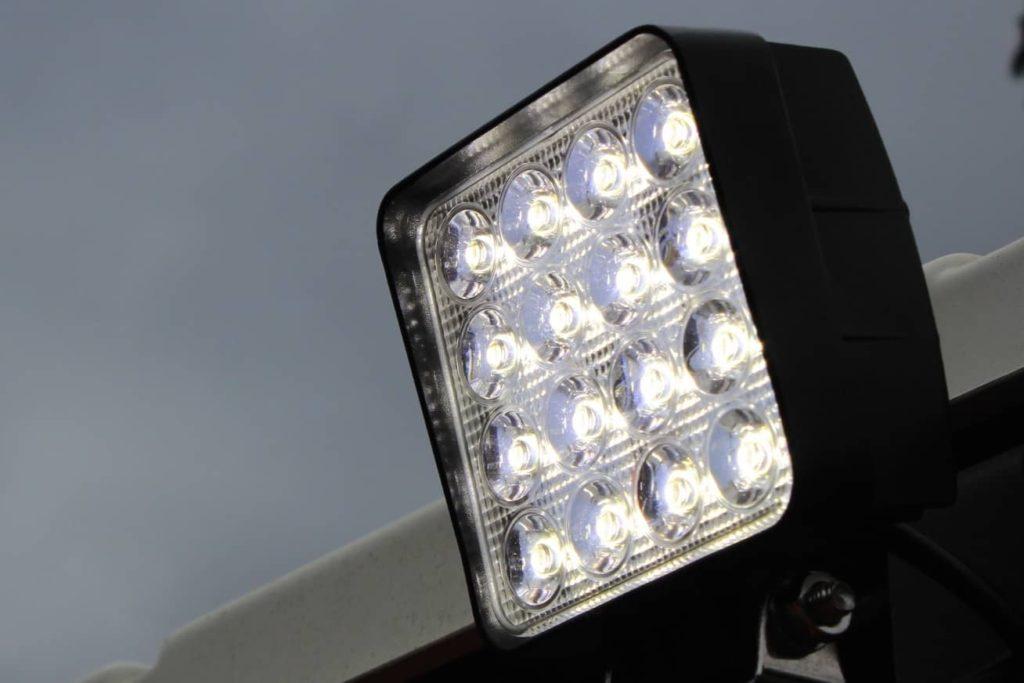 トラクターの作業灯をLEDライトに交換