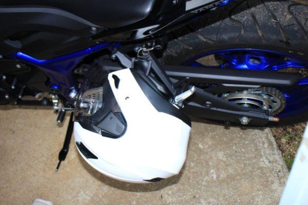 MT-25とYZF-R25にヘルメットホルダーを取り付ける方法
