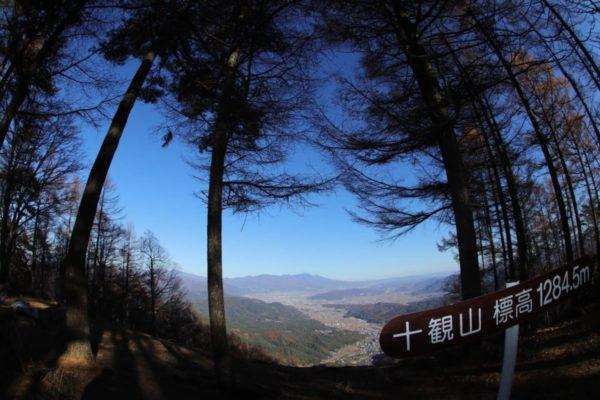 絶景トレッキンングコースの長野県青木村十観山から浅間山を望む
